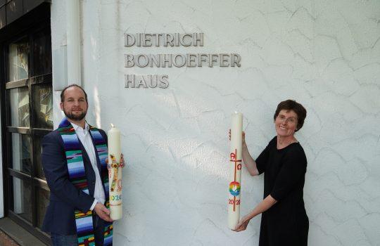 Katholische und evangelische Kirchengemeinde schenken sich gegenseitig eine Osterkerze – auch in diesem Jahr!