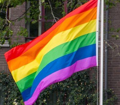 Regenbogenfahnen an allen Kirchen
