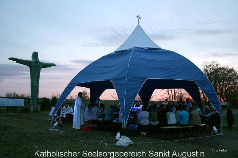 Himmelszeltkapelle mit neuen Kirchenbänken